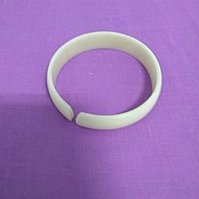 小女孩的彈性塑膠手環