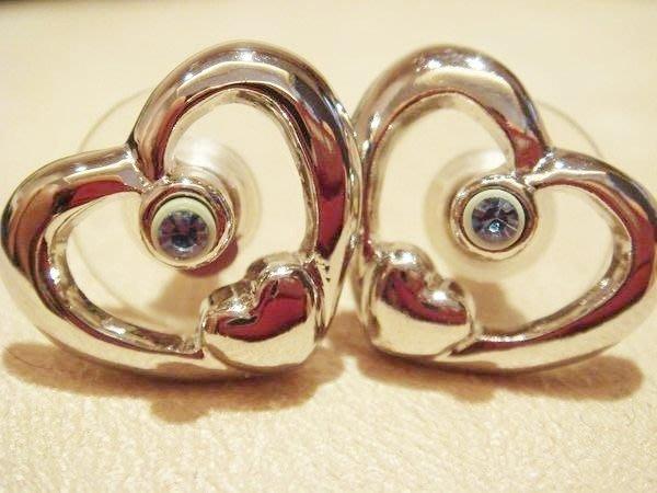 全新國外帶回,從未戴過的設計款耳環,很有型喔,可愛的雙心形,低價起標無底價!只限台灣地區!本商品免運費!