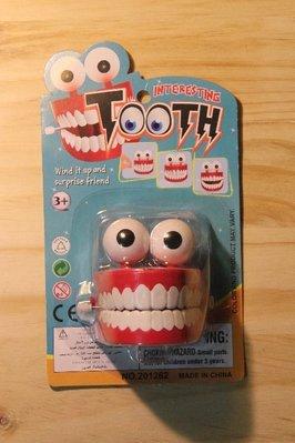 (I LOVE樂多)美國進口TOOTH INTERESTING 發條彈跳牙齒 送人自用兩相宜