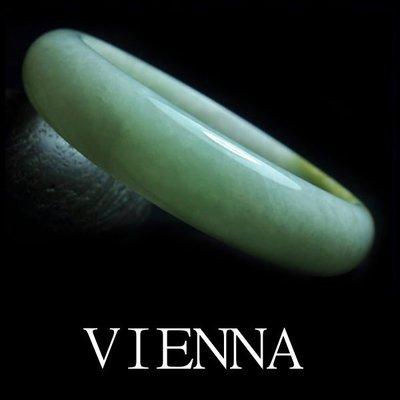《A貨翡翠》【VIENNA】《手圍18.8/14mm版寬》緬甸玉/冰種甜蜜嫩豆綠藏蜜糖 /玉鐲/V*-050