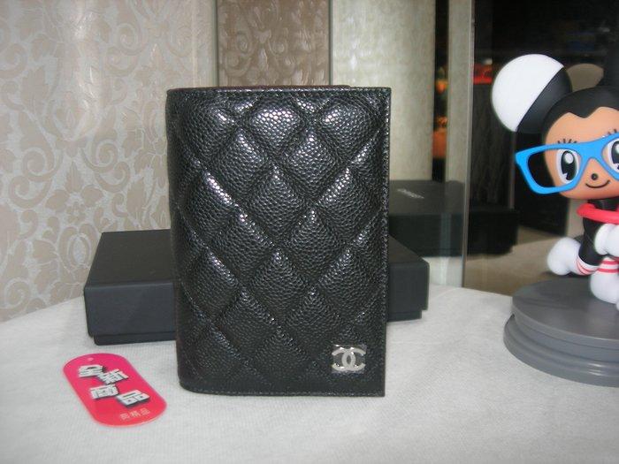典精品名店 Chanel 全新 A80385 黑色 荔枝 菱格 銀釦 四卡 護照夾 保卡25