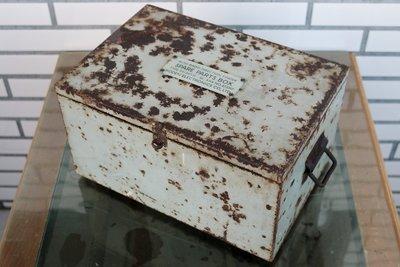二手早期老舊古董稀少絕版老件老品收藏 復古懷舊 Loft 工業風鄉村風 工具箱儀器收納箱鐵箱子 鐵鏽灰 陳列道具場景裝飾