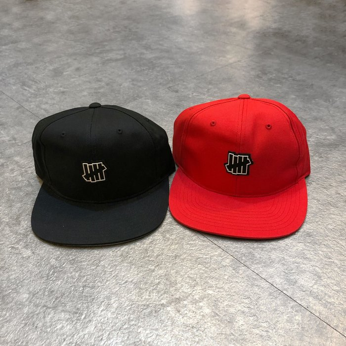 【Faithful】UNDEFEATED RUBBER ICON STRAPBACK【90079】 黑/紅  五分割