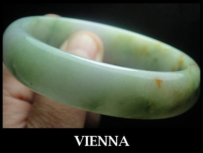 《A貨翡翠》【VIENNA】《手圍19.8/16mm版寬》緬甸玉/冰種水嫩蜜翡綠翠/玉鐲/手鐲D@85