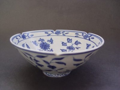 懷德堂 - 大明萬曆年製款牡丹纏枝花卉花口碗