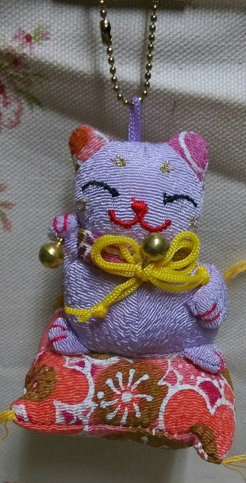 龍廬-自藏出清~布製品-日式和風拼布坐墊招財貓造型吊飾-粉紫色/裝飾收藏品/只有一個