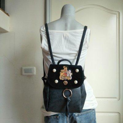 【叵甜】Dieu Et Mon Droit徽章之灰黑色真皮後背包.後背小方包