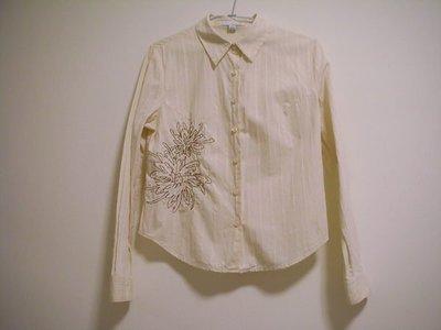 二手衣況佳 / 專櫃 THEME 淡乳黃色右前下片立體咖啡色精緻線繡花朵線條圓弧衣襬合身短版顯瘦女長袖襯衫