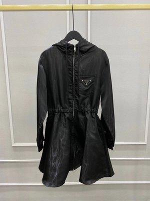 Prada 秋冬收腰顯瘦風衣外套,版型上身特別顯瘦的,自留款,有氣質,百搭!實穿!