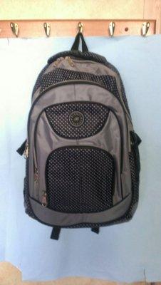 (紫庭雜貨) 全新 灰黑圓點色 多袋 後背包 &休旅包 平板包 旅行包 中型背包.特價優惠