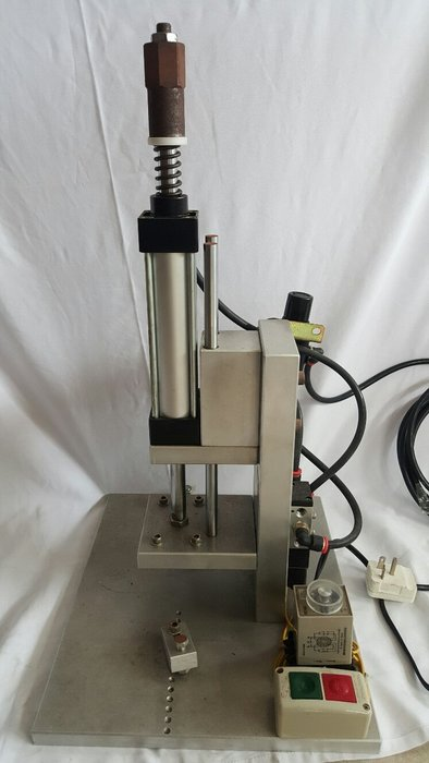 桃園國際二手貨中心----- 氣動式冷壓機