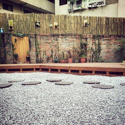 ╭☆雨過天青☆╮進口天然(灰白碎石)石材 卵石 石片 枕木 石桌 花砵 走道庭園造景