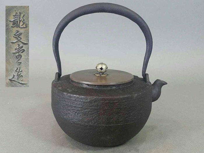 『華寶軒』日本茶道具  昭和時期 龍文堂造 素面岩肌紋 獨樂形老鐵壺 1300cc