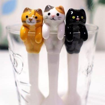居家療癒小物  可愛貓咪陶製湯匙  放在杯緣就像貓咪放鬆泡湯一樣  好可愛啊~  喵馨人日本連線代購
