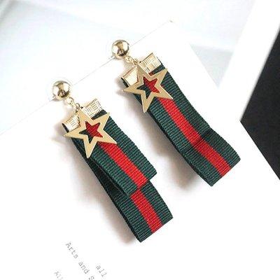 ♥ 喵ㄨ MEOWU ♥ 經典配色 紅綠緞帶五角星星耳環 ➤ EB0258