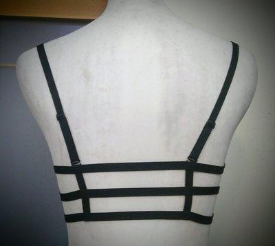 都會名牌~【Qmomo】十字線背帶前磁扣爆乳胸罩 70E~JU18