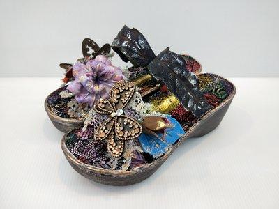 ║阿貴鞋麗屋║ Macanna  麥坎納專櫃  銀樺系列~手作寶石蝴蝶+混色飾花 氣墊式厚底涼鞋10516