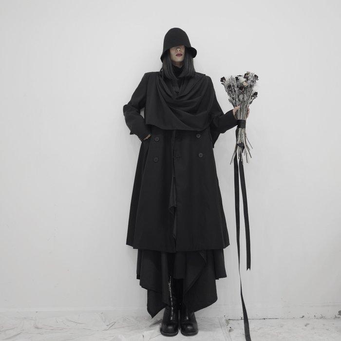 ||一品著衣|| 山本風暗黑系先鋒設計師小眾不對稱風衣大圍巾領氣質中長款風衣外套 可作圍巾搭在肩上 也可垂掛  YM