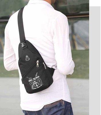 最新款刀劍神域動漫周邊斜胸包 USB充電口+耳機孔 單肩包 側背包 斜背包 後背包桐人亞絲娜二次元日系背包 休閒運動包