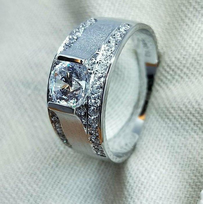磨砂男鑽戒1克拉微鑲碎鑽單一特價求婚 結婚 情人節禮物純銀925厚鍍白金男士戒指不退色 精工 鑽戒高碳仿真鑽石莫桑鑽寶