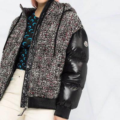 ㊣ 美國八卦小報 ㊣ MONCLER 新款黑色毛呢紋拼接款連帽羽絨外套