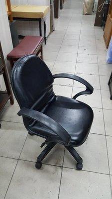 二手家具 樂居 台中全新中古傢俱買賣 F1217EJ4*黑色扶手皮面oa辦公椅 電腦椅 書桌椅*2手補習班桌椅 課桌椅