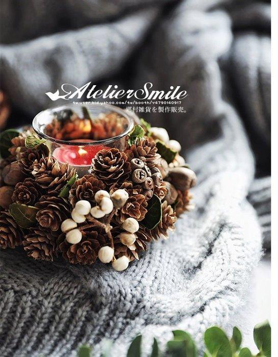 [ Atelier Smile ] 鄉村雜貨 日本直送 森林系 松果 松針樹枝 花環美式燭台 直徑14公分#聖誕裝飾