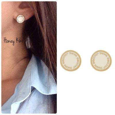 Honey Kiki 人氣款 Marc Jacobs logo琺瑯標誌圓牌針式耳環 三色 奶油金、黑銀、黑金