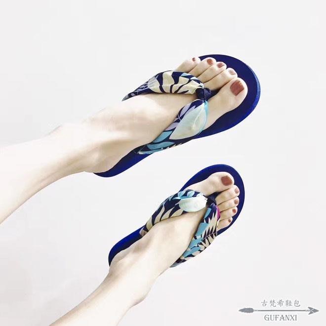 人字拖 波西米亞絲綢緞面花朵女夏度假沙灘防滑坡跟厚底夾腳拖鞋 - 古梵希