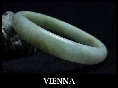 《A貨翡翠》【VIENNA】《手圍18.5/12mm版寬》緬甸玉冰種微量楓葉綠點蜜/玉鐲/手鐲J-035