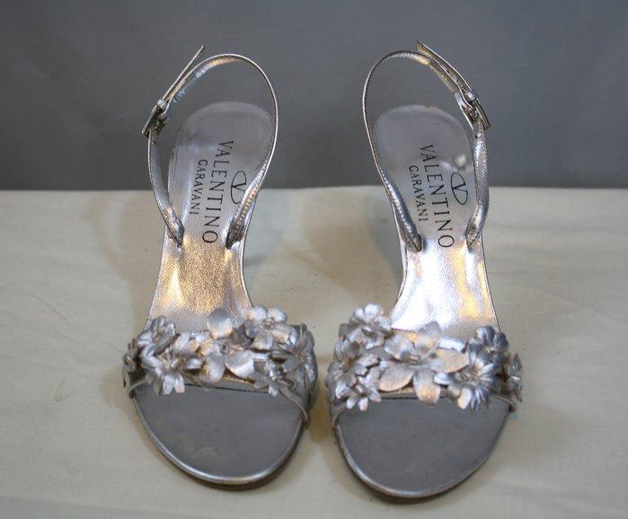 海洋工坊二手名牌旗艦店~VALENTINO Garavani 銀色花朵後帶高跟涼鞋(Size:35 1/2)