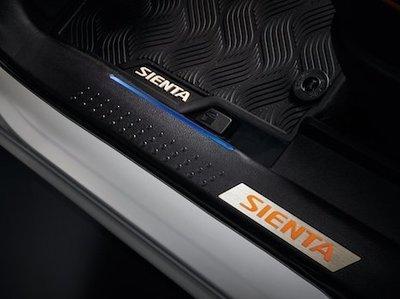 (小鳥的店)豐田 2016-2021 SIENTA CROSS LED內門檻踏板 迎賓踏板 原廠精品 藍光柱 前門2片
