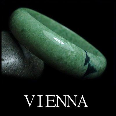 《A貨翡翠》【VIENNA】《手圍18.7/17mm版寬》緬甸玉/冰種抹香綠飄墨可可/玉鐲/F+026