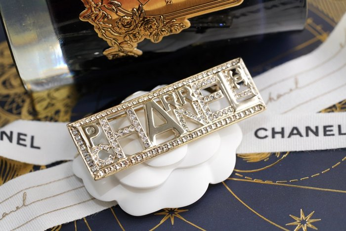 Chanel x Pharrell Williams 聯名系列 AB1579 Brooch 徽章水晶別針 現貨