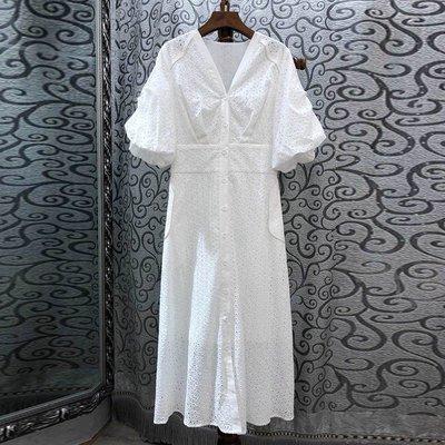 《巴黎拜金女》鏤空刺繡V領開扣純色泡泡袖連衣裙