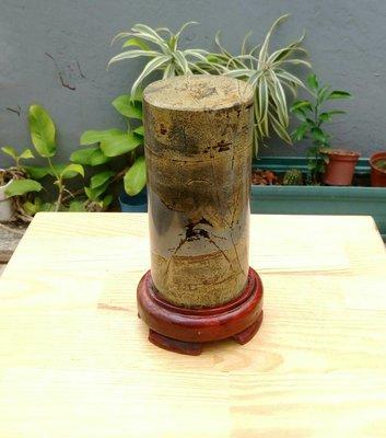 天然山水紋黃草花年糕玉圓柱狀拋亮擺件/附實木底座/居家藝術擺件超好看,珍藏品出清,重約1490公克