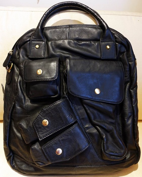 日本帶回二手包 黑色皮革製高質感多功能手拿包後背包側背包斜背包,多種背法任您使用!只有這一件,低價起標無底價!免運費!