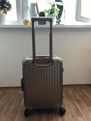 正品RIMOWA香檳金拉杆多段式微調21吋行李箱(原價38000)。