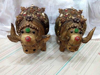 甘丹佛教文物 ^^ 尼泊爾手雕 牦牛 如意寶牛 披滿珠寶瓔珞 ( 寶牛 滿福德 )  1對 吉祥物7800