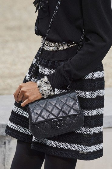 Chanel AS1784 mini Coco 粒紋小牛皮肩背包 黑