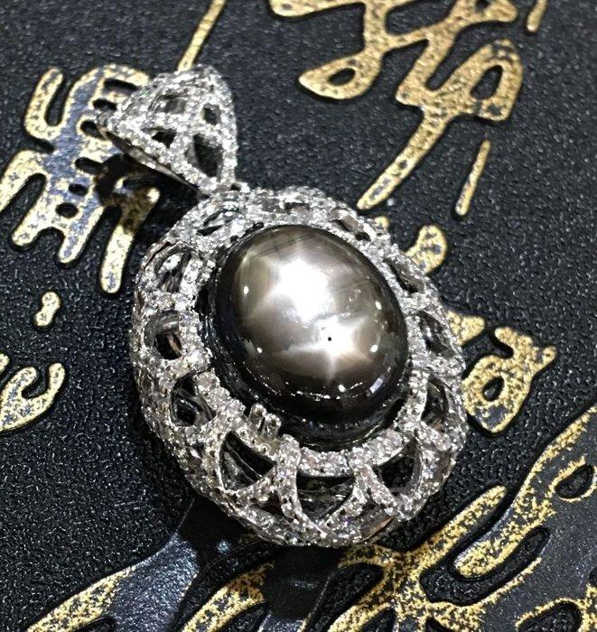 珍奇翡翠珠寶首飾-天然黑金色星光藍寶石19.5克拉。罕見雙星。雙星線強烈明顯。搭配925銀白k鋯石設計墜台
