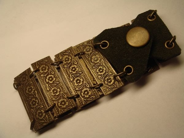 全新美國帶回來的精緻雕花造型手環,賣場另有同款較寬版!低價起標無底價!本商品免運費!