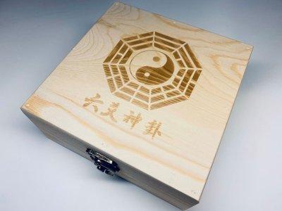 【千江六爻書院〜六爻神卦】《六爻神卦占卜工具組》 含精緻木質收納盒 占卜銅龜 白瓷卦盤 乾隆通寶古幣 絨布收納袋