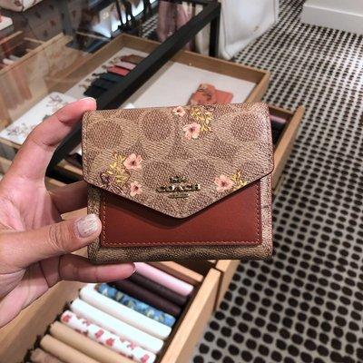 【八妹精品】COACH  67246 最新款女士防刮C紋花朵印花短款錢包 三折短夾 時尚百搭 皮夾