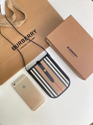 Alina 精品代購Burberry 巴寶莉 英倫都會時尚 獨特品牌風格手機包 款式2 outlet代購