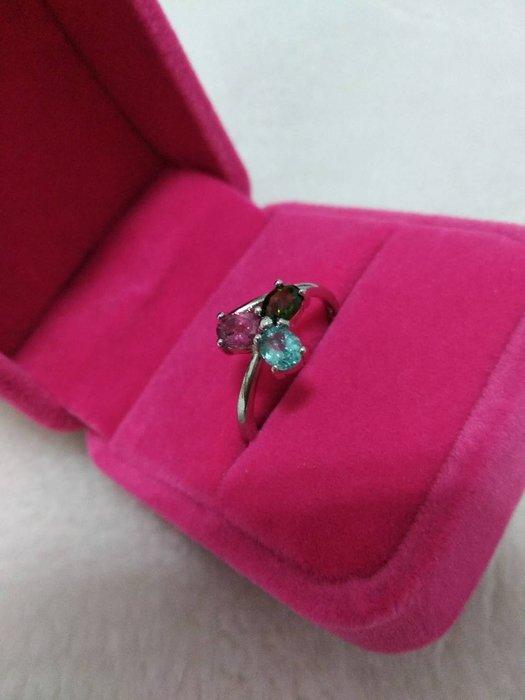 A+天然碧璽戒指~《賓士款式》~有點像幸運草~天然巴西彩虹碧璽,顏色繽紛亮麗,每個戒指碧璽寶石搭配3顏色都不同、隨機出貨!請您喜歡能接受再下單!~{熊寶貝珠寶}