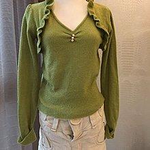 《寶兒花園》青草綠波浪領珍珠釦V領氣質順身毛毛上衣毛衣