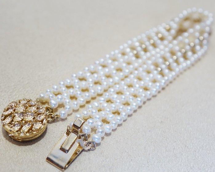 全新 典雅珍珠編識造型手鍊手環,低價起標無底價!本商品免運費!