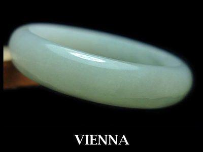 (已蒙收藏)《A貨翡翠》【VIENNA】《手圍17.7/14mm版寬》緬甸玉/冰種水嫩微綠蜜白/玉鐲/手鐲N-049