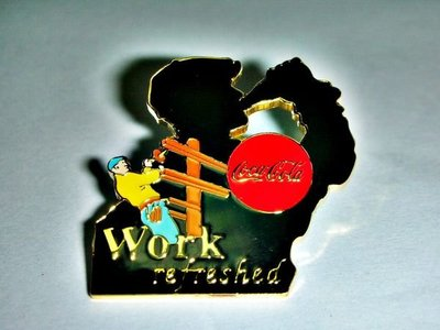 L.(企業寶寶玩偶娃娃)全新附袋1997年發行可口可樂(Coca Cola)Work refreshed 勳章/徽章/紀念章!